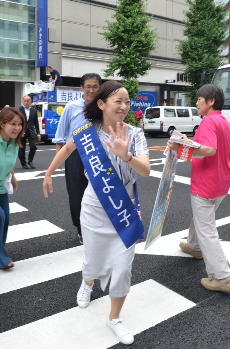 吉良よし子候補 オフィス街を駆けめぐる